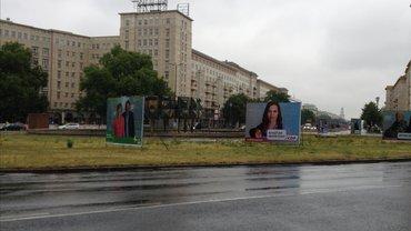 """Filmset von """"Die Stadt und die Macht"""" mit fingierten Wahlplakaten am Straußberger Platz in Berlin."""