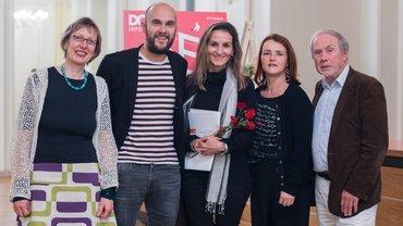 ver.di-Preisträgerin Marianna Economou mit Jury auf dem DOK Leipzig
