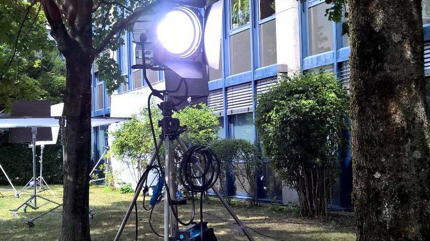 """Aufnahme der Außenbeleuchtung am Set von """"Die Chefin"""""""