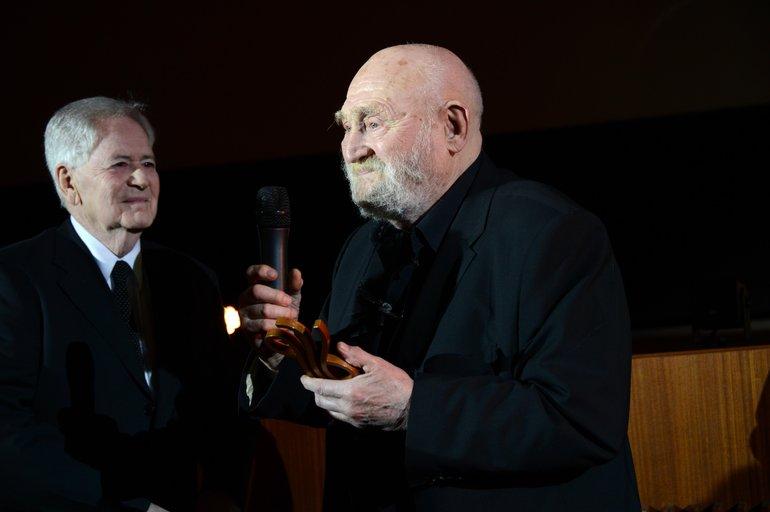 Schauspieler Rolf Hoppe bekommt vom Regisseur und Laudator István Szabó den Ehrenpreis für sein Lebenswerk