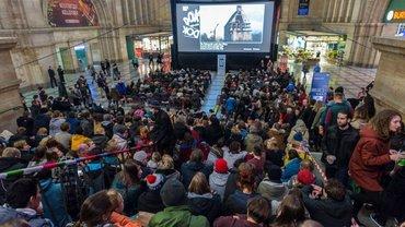 """Öffentliche Vorführung des Eröffnungsfilms der DOK Leipzig 2016 in der Osthalle des Hauptbahnhofs am 31. Oktober: """"My Life as a Courgette""""."""