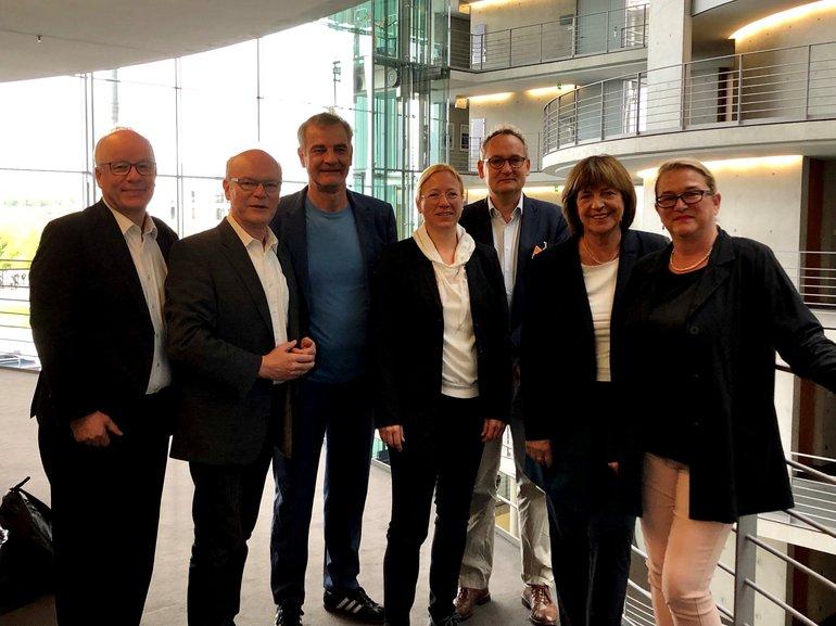 """Treffen der Arbeitsgruppen """"Kultur und Medien"""" und """"Arbeit und Soziales"""" unter Beteiligung von Vertreter*innen des BMAS, von ver.di und dem BFFS: (v.l.n.r.): Matthias Bartke (MdB), Ralf Kapschak (MdB), Heinrich Schafmeister (BFFS), Dagmar Schmidt (MdB), Matthias von Fintel (ver.di), Ulla Schmidt (MdB), Katrin Budde (MdB)"""